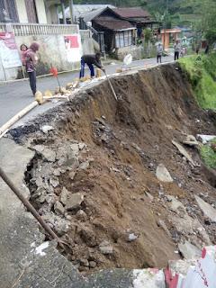 Intensitas Hujan Tinggi, Jalan Ke Wonomulyo Longsor