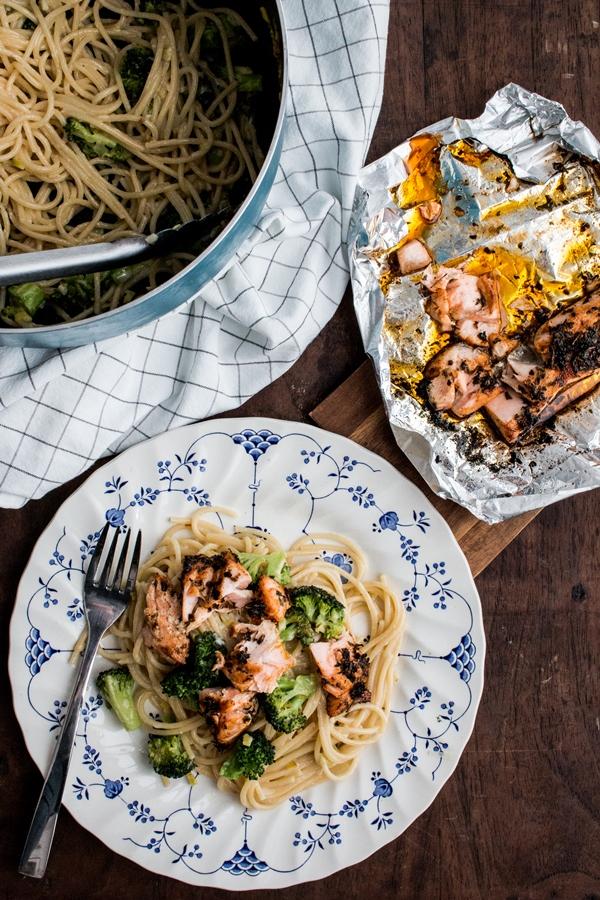 Makaron z brokułem i łososiem z grilla