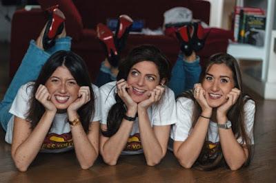 Tre ragazze distese a terra che posano per la copertina di DressYouCan