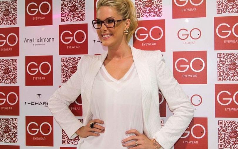 Ana Hickmann confere feira de óculos em São Paulo ! 44a30e9179