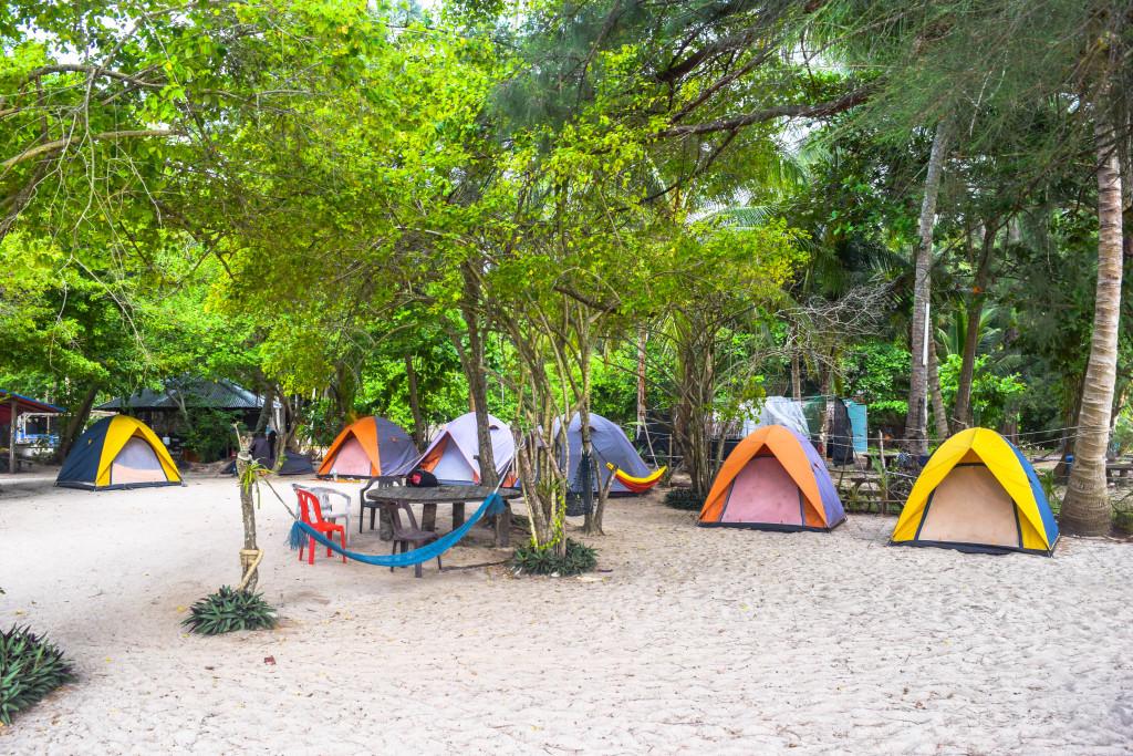 mendirikan tenda di dekat pantai