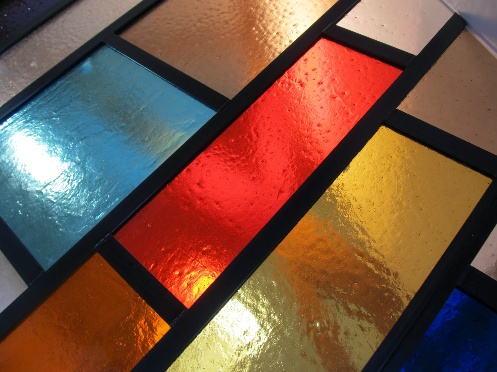 barevná skleněná stěna