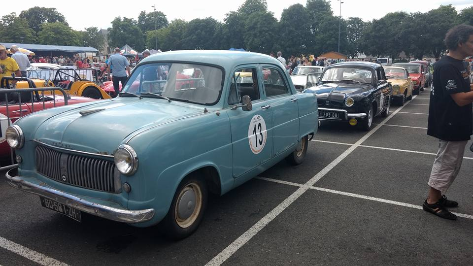 une voiture ancienne vintage vert menthe