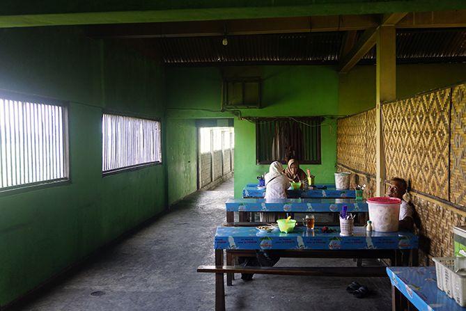 Pengunjung di warung sate mbak Bella