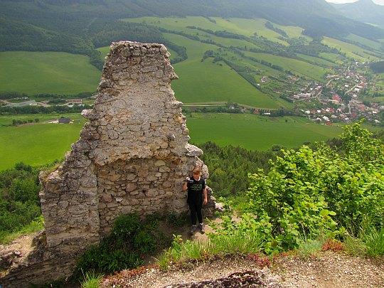 Zachowany fragment ściany zamku i widok na Súľov-Hradná.