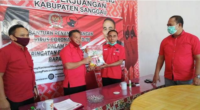 Krisantus Kurniawan, S.IP., M.Si membagikan 500 paket sembako