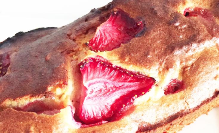Recept | Zomerse spelt, amandel cake met aardbeien