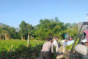 Bhabinkamtibnas Masuk Selokan Bantu Warga Siapkan Lomba Kampung Sehat