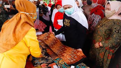 Tinjau Sentra Batik Pamekasan, Gubernur Khofifah Minta Pengrajin Daftarkan Inovasi Desain Batik ke HAKI