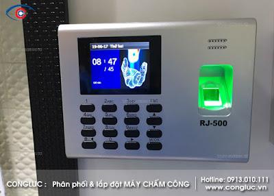 Hình ảnh máy chấm công vân tay Ronald Jack Rj500 lắp đặt tại cửa hàng đồng hồ chất