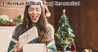 Berikan Hadiah Yang Bermanfaat Untuknya merupakan  salah satu tips jitu pilih hadiah natal berkesan untuk sahabat