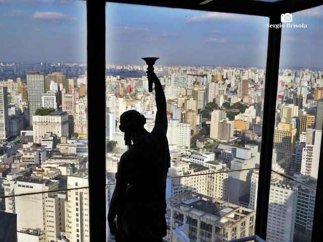 Fotocomposição com a silhueta da escultura Feminina do Terraço Itália e a magnifica vista do entorno - República - São Paulo