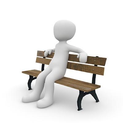 شخص يجلس على كرسي خشبي