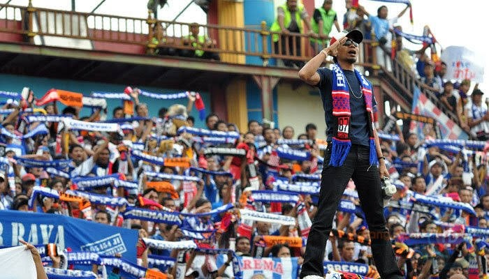 Pungkasi Putaran Pertama Liga 1, Arema Bentangkan Bendera Raksasa Di Stadion Kanjuruhan