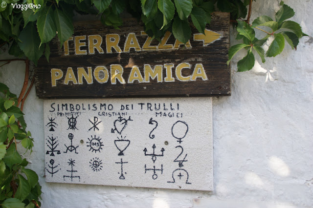 Alberobello - indicazione terrazza e simboli mistici