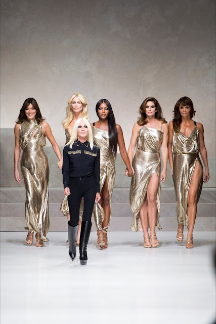 sfilata versace ss 2018 sfilata 20 anni morte gianni versace milano fashion week claudia shiffer naomi campbell sfilano a 50 annimariafelicia magno fashion blogger colorblock by felym fashion blog italiani fashion blogger italiane