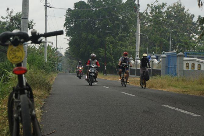 Bertemu dengan pesepeda di perjalanan