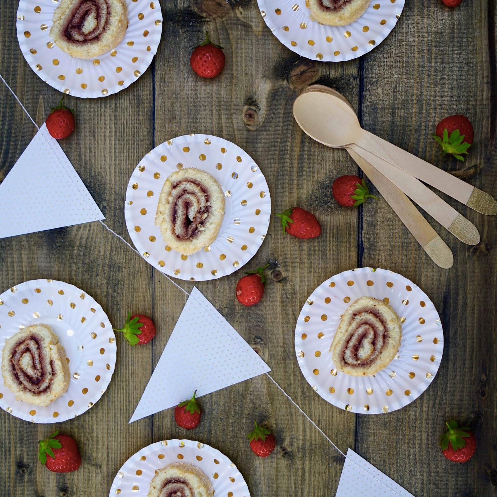 confiture , gâteau roulé , dessert de l'enfance , gâteau aux fraises