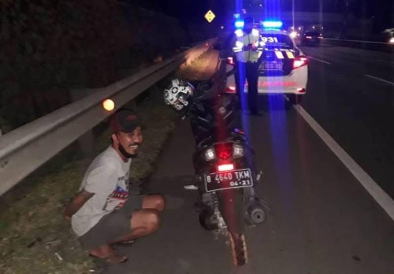 Seorang pemotor nekat memasuki Tol JORR arah Cikunir, Kecamatan Jatiasih, Kota Bekasi,