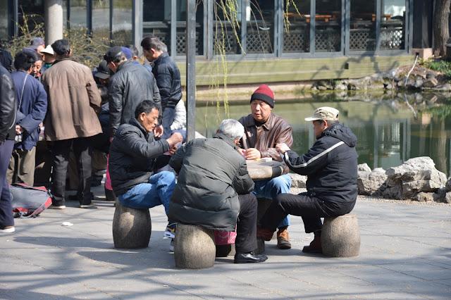 Jeu de carte au jardin du peuple à Shanghai