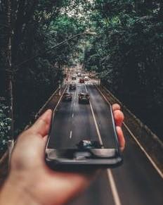 手に持ったスマホが面が道路と繋がっている