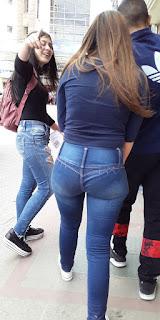 Mexicana buena cola pantalon apretado caminando
