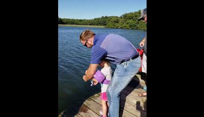 Memancing ikan di sungai