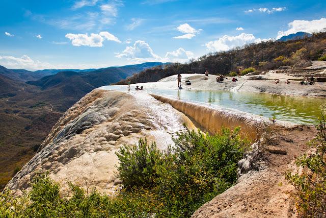 Las cataratas pétreas se formaron a lo largo de los milenios, mediante el goteo del agua saturada de carbonatos, de la misma manera que se erigen las estalactitas y estalagmitas en las cavernas