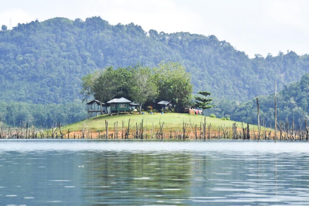 Masih banyak yang berpandangan bahwa Provinsi Riau sangat minim memiliki lokasi wisata alam jika dibandingkan dengan beberapa Provinsi di sekitarnya. Oleh karena itu tidak heran jika setiap akhir pekan ataupun hari-hari libur nasional, masyarakat Provinsi Riau cenderung memilih untuk berwisata ke luar daerah seperti ke Provinsi Sumatera Barat atau ke Kepulauan Riau.