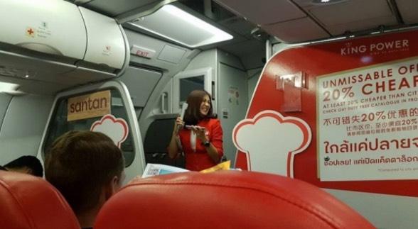 Pramugari Air Asia Hiburkan Penumpang Dengan Nyanyi Lagu Jason Mraz Selepas Penerbangan Ditangguhkan