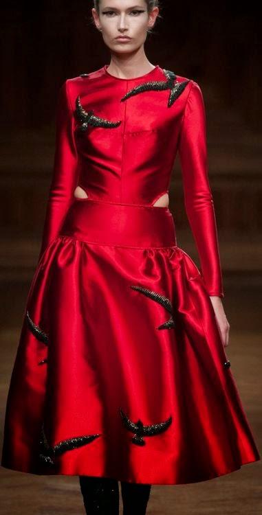 Vestido vermelho com estampas de passários negros voando