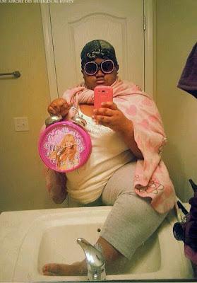 Peinliche dicke Menschen machen Selfies vor Badspiegel lustig