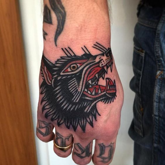 tatuagem masculina na mão fechada masculino desenho lobo