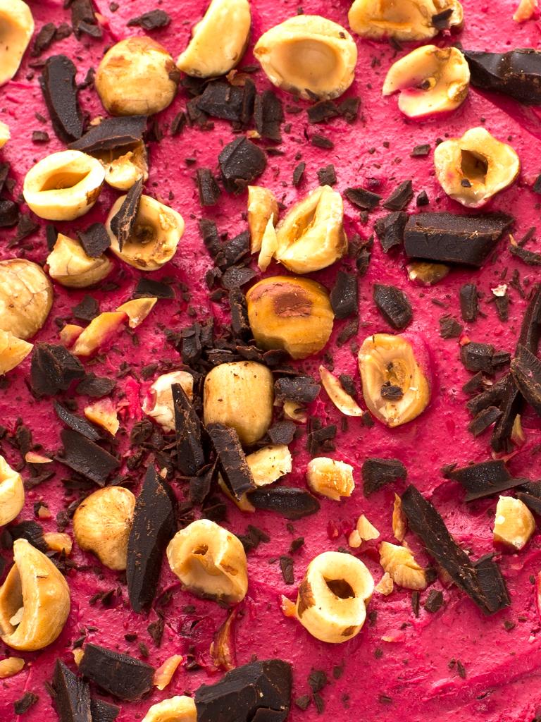 Czekoladowe ciasto jaglane z różową śmietaną kokosową (wegańskie, bezglutenowe)