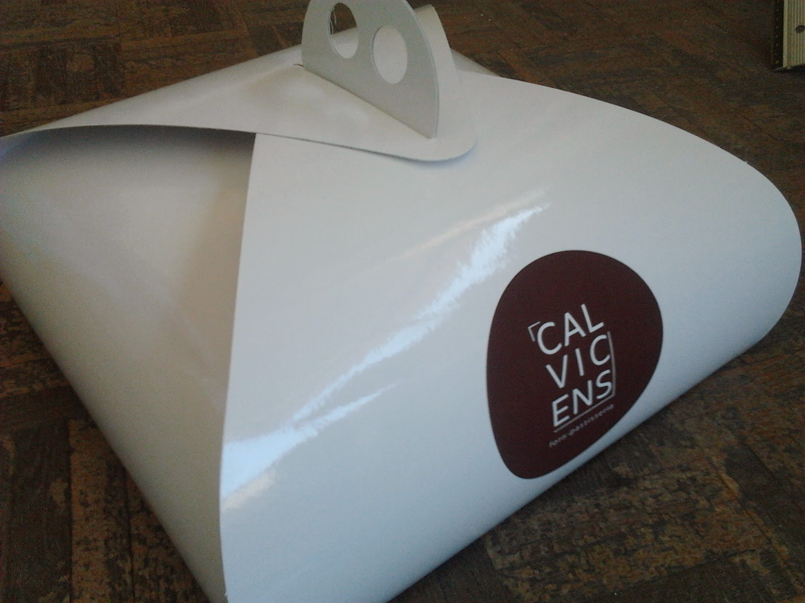 caja low cost con asa plastificada brillo blanca e impresión stamping