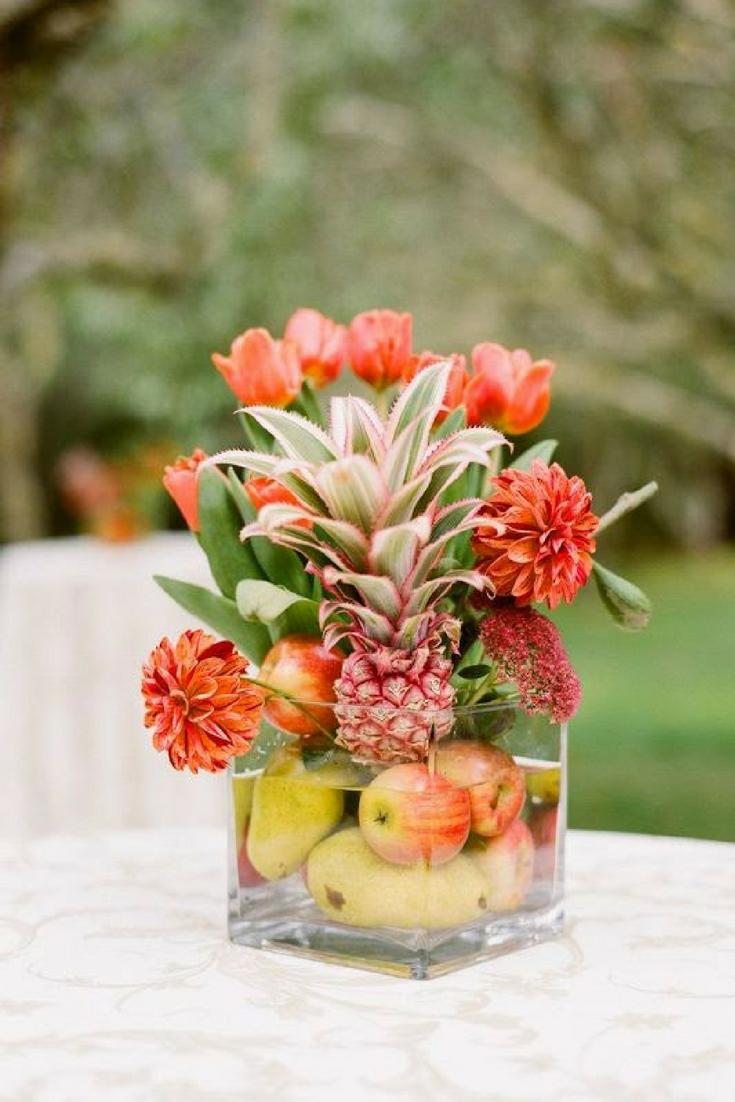 Centros de mesa con verduras y frutas.