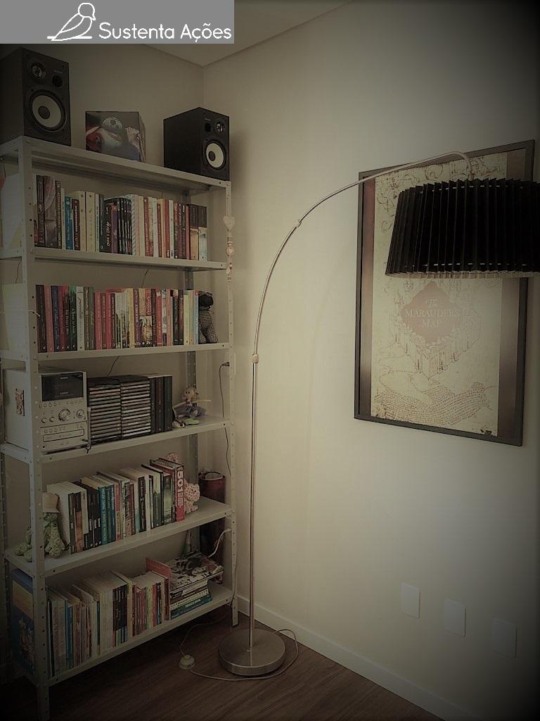 A estante, metade dos livros e a luminária são usados