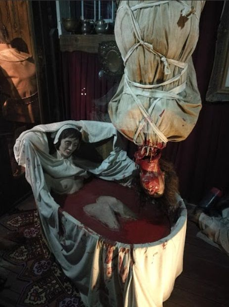 """Representação de um suposto """"ritual"""" de Elizabeth, diz-se que ela pendurava os corpos de suas vítimas sobre uma banheira e, em seguida, cortava-lhes a jugular, enchendo a banheira com o sangue, onde se banhava. Há uma cena semelhante no segundo filme da franquia """"O Albergue"""", em referência à condessa."""