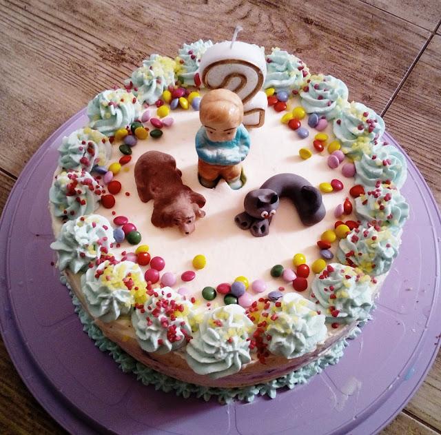 tort porzeczkowo ananasowy tort z bita smietana tort na drugie urodziny tort na dwa latka tort z kremem ananasowym tort z dzemem tort z figurkami z masy cukrowej