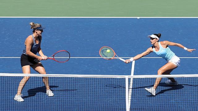 Luisa Stefani em uma tentativa de voleio na partida que lhe deu a vaga na semifinal do US Open