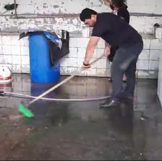 Secretário de Agricultura e Pesca de Sapé deixa o luxo do gabinete e se junto aos auxiliares na limpeza