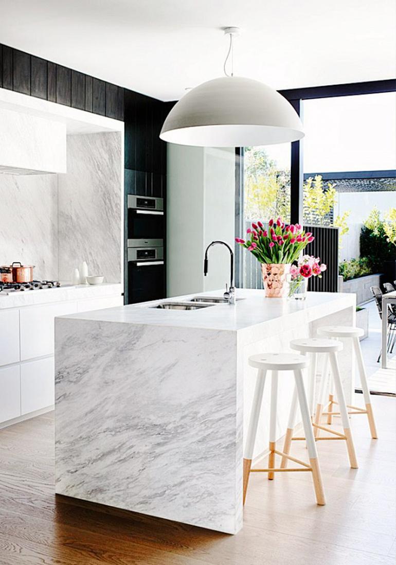 cocina con isla de marmol