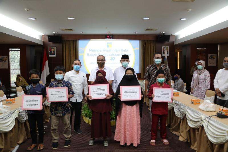 BP Batam Santuni Anak Yatim Pegawai dan Purnabakti yang Sakit