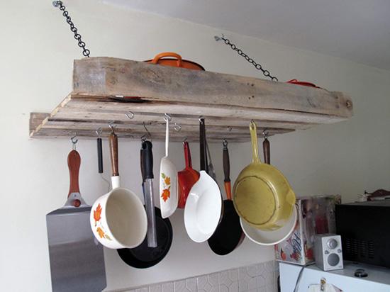 Gantungan alat perlengkapan dapur dari kayu peti kemas