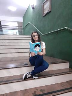 Ana lendo Extraordinário
