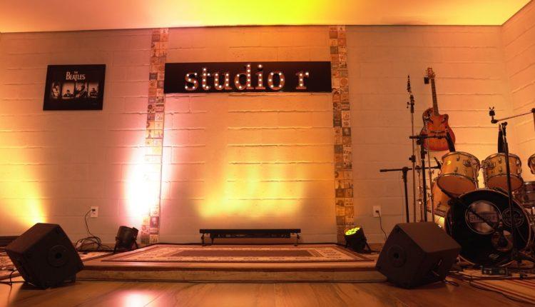 Studio R Vozes encerraram no dia 31 de março. Foram 42 canções apresentadas por artistas de várias cidades. Esta é uma promoção da Rádio Sucesso FM, do Portal de Notícias Barbacena Online e do Studio R.