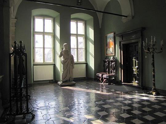 Okna z widokiem na Franciszkańską i posąg św. Piotra.