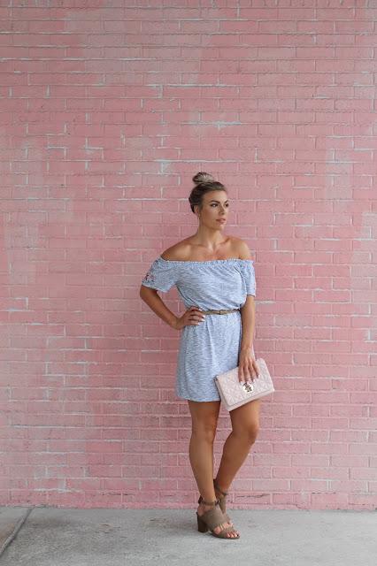 braune Schuhe zu hellblauem Kleid