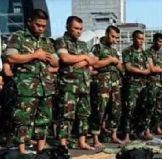 TNI sholat berjamaah