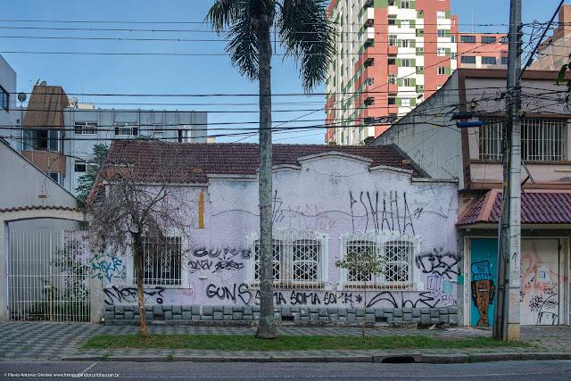 Casa com ornamento de ferro e grades decorativas nas janelas